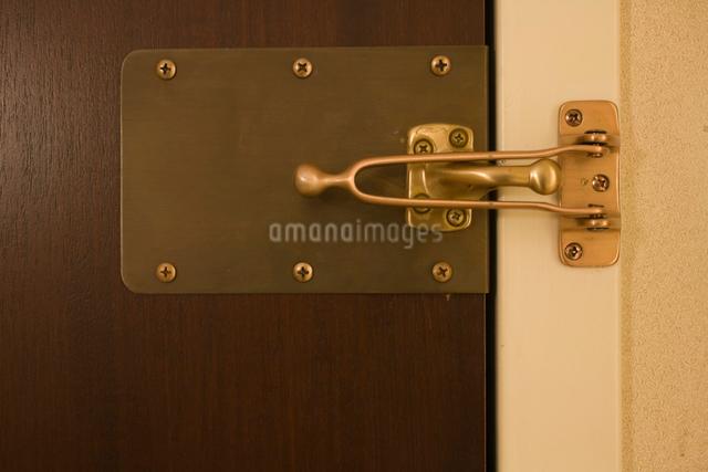 ホテルの補助鍵の写真素材 [FYI01450306]