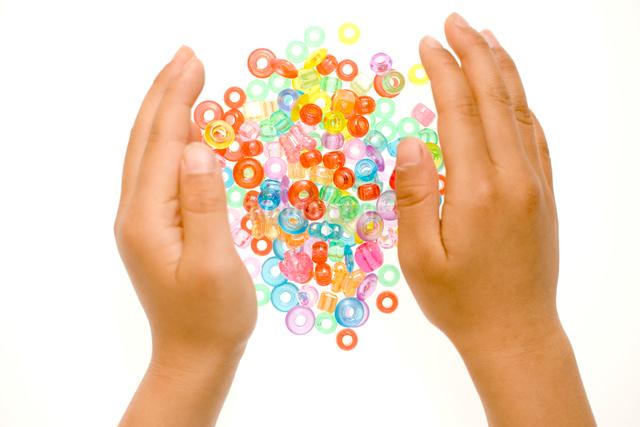 ビーズを集める子供の手の写真素材 [FYI01450339]
