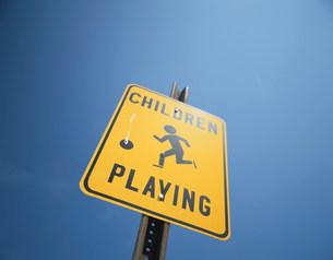 CHILDREN PLAYINGの看板の写真素材 [FYI01450352]