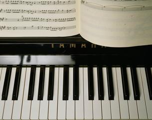 ピアノ鍵盤と楽譜の写真素材 [FYI01450370]