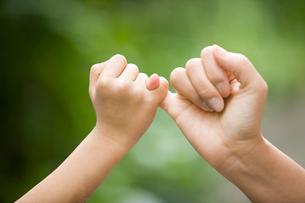 ゆびきりをする母子の手の写真素材 [FYI01450515]