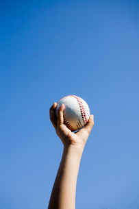野球のボールを握る子供の手の写真素材 [FYI01450696]