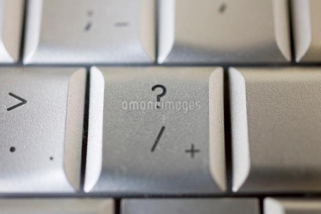 キーボードのクエスチョンキーの写真素材 [FYI01450710]