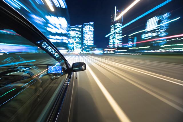 自動車の運転席と流れる道の写真素材 [FYI01450773]