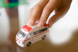 救急車を動かす子供の手の写真素材 [FYI01450790]