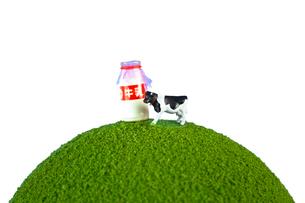 緑の地球の上の牛と牛乳の写真素材 [FYI01450911]