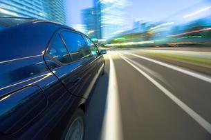 流れる夜景の自動車とサイドウインドーとサイドビューの写真素材 [FYI01451280]