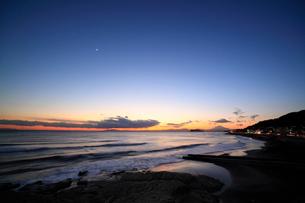 夕暮れの江の島と海岸線の写真素材 [FYI01451305]