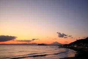 夕暮れの江の島と海岸線の写真素材 [FYI01451324]