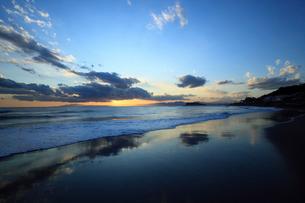 夕暮れの江の島と波打ち際の写真素材 [FYI01451521]