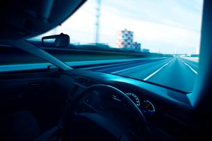 運転席と流れる景色の写真素材 [FYI01451576]