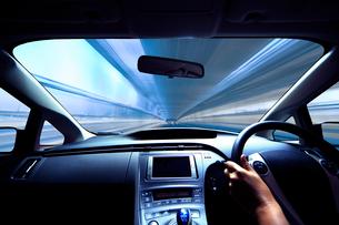 ハイブリッドカーの運転席と流れる道の写真素材 [FYI01451579]