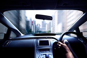 ハイブリッドカーの運転席と流れる道の写真素材 [FYI01451614]