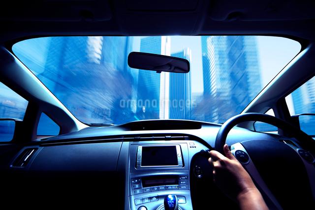 ハイブリッドカーの運転席と流れる道の写真素材 [FYI01451649]