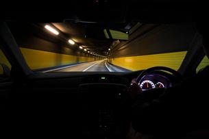 トンネルの中を走る車の写真素材 [FYI01451686]