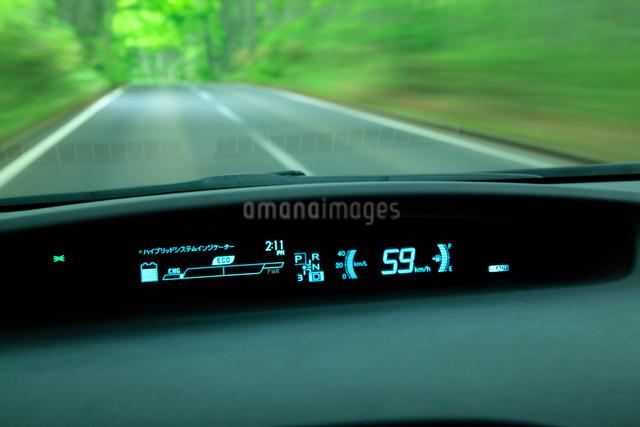 新緑の道を走るハイブリッドカーの写真素材 [FYI01451690]