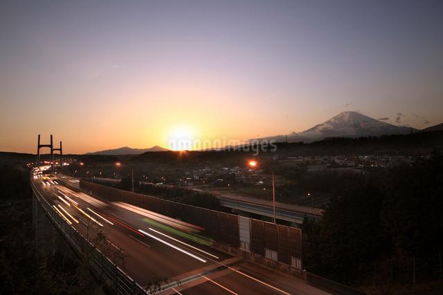 夕暮れの富士山と東名高速の写真素材 [FYI01451703]