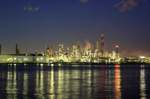 工場の夜景の写真素材 [FYI01451709]