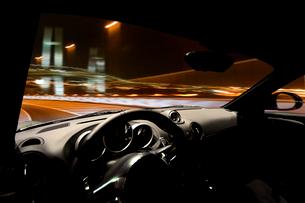 横浜を走る車の運転席からの眺めの写真素材 [FYI01451721]