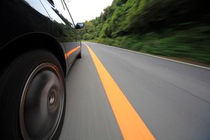 山道を走る車のタイヤの写真素材 [FYI01451762]