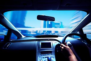 ハイブリッドカーの運転席と流れる道の写真素材 [FYI01451801]