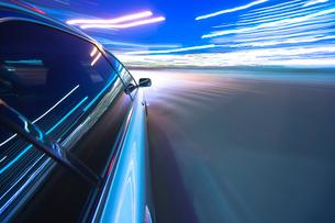 夕暮れの街を走る車の写真素材 [FYI01451834]