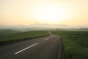 夕暮れの一本道の写真素材 [FYI01451869]