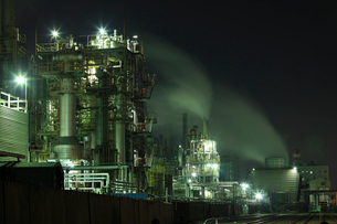 夜の工業地帯のコンビナートの写真素材 [FYI01451903]