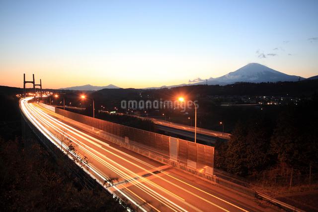 夕暮れの富士山と東名高速の写真素材 [FYI01451937]