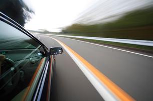 山道を走る車の写真素材 [FYI01451982]