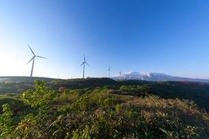 仁賀保高原の風力発電と鳥海山の写真素材 [FYI01452014]