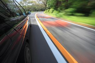 山道を走る車の写真素材 [FYI01452080]