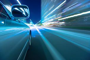 夕暮れの街を走る車のミラーの写真素材 [FYI01452242]