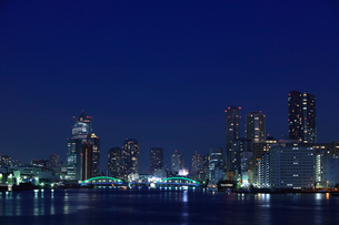 隅田川と勝鬨橋と聖路加タワーとマンション群の写真素材 [FYI01452305]