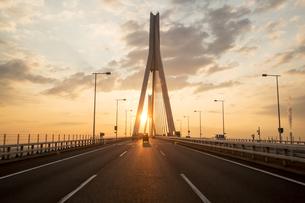 夕暮れの高速道路を走るの写真素材 [FYI01452506]