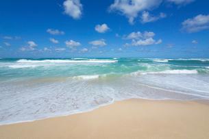 ノースショアの砂浜と波と海と雲の写真素材 [FYI01452934]
