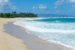 ノースショアの砂浜と波と海と雲の写真素材 [FYI01453122]