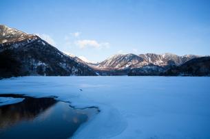 朝の湯ノ湖の写真素材 [FYI01453184]