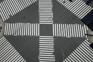 スクランブル交差点の写真素材 [FYI01453200]