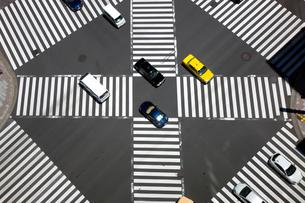 スクランブル交差点の写真素材 [FYI01453223]