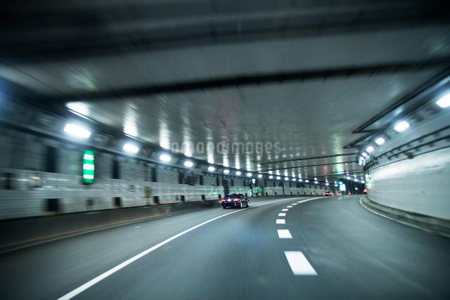 夜の首都高を走るの写真素材 [FYI01453441]