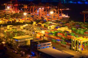 夜の青海コンテナ埠頭の写真素材 [FYI01453544]
