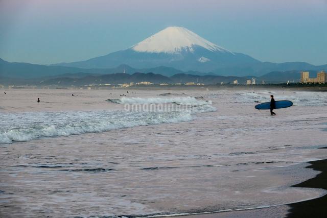 雪の富士山とサーファーの写真素材 [FYI01453574]