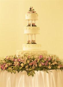 4段のウェディングケーキの写真素材 [FYI01453740]