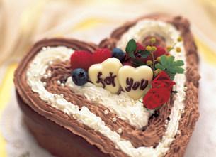 ハートのチョコレートケーキの写真素材 [FYI01453911]