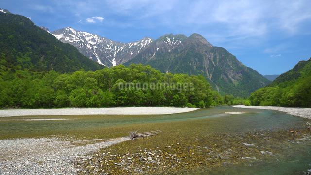 上高地の穂高連峰と梓川の写真素材 [FYI01454248]