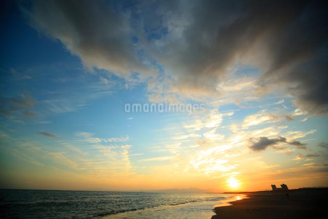 夕暮れの辻堂の海と富士山の写真素材 [FYI01454355]