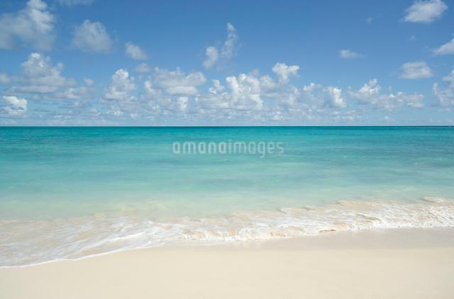 ノースショアの砂浜と波と海と雲の写真素材 [FYI01454435]