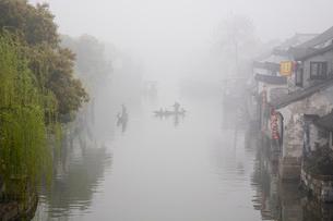 朝靄の水郷と鵜飼い船の写真素材 [FYI01455616]
