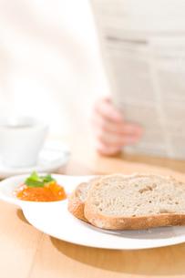 パンとマーマレードジャムと新聞を読む人の写真素材 [FYI01455617]
